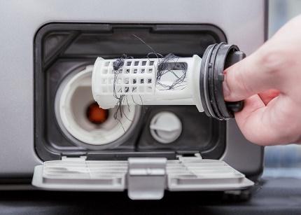 Фото Стиральная машина не отжимает из-за засореного сливного фильтра