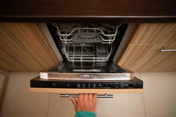 Фото Что делать если посудомоечная машина не набирает воду - проверить плотность закрытия двери