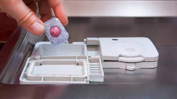 Фото Як правильно мити посуд в посудомийній машині - необхідно використовувати спеціальний відсік для миючих засобів