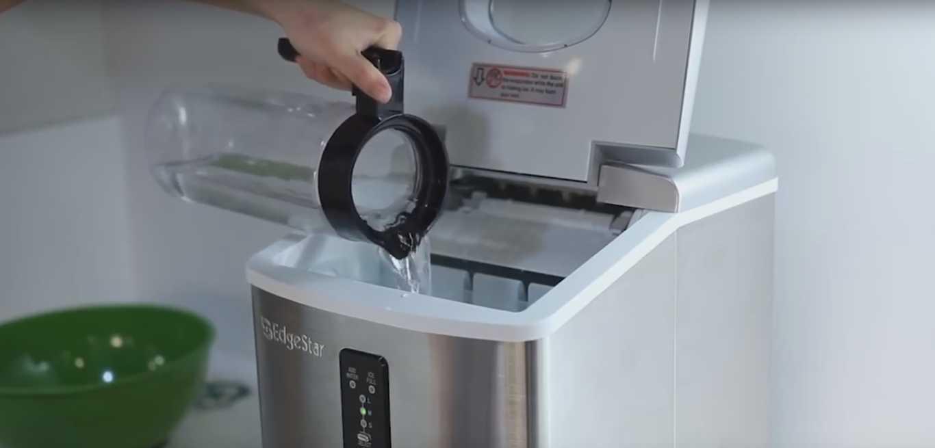 Фото Як працює льодогенератор - необхідно налити води в спеціальний відсік