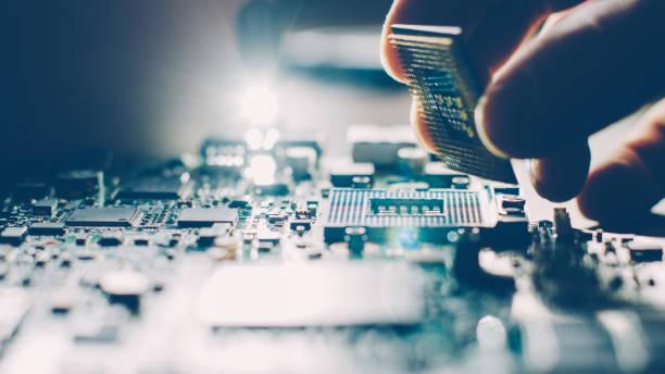 Фото мастер по ремонту компьютеров устанавливает процессор в специальный разъем