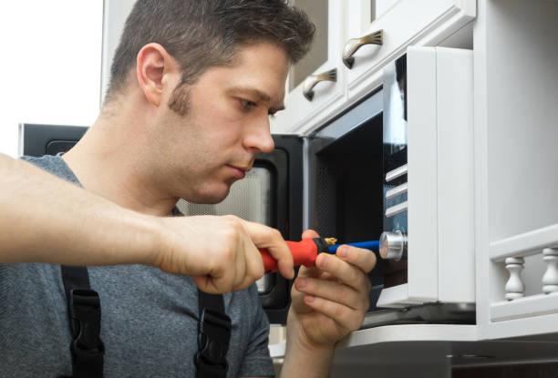 Фото Нерабочий микропереключатель защелки двери - одна из причин почему микроволновая печь не включается
