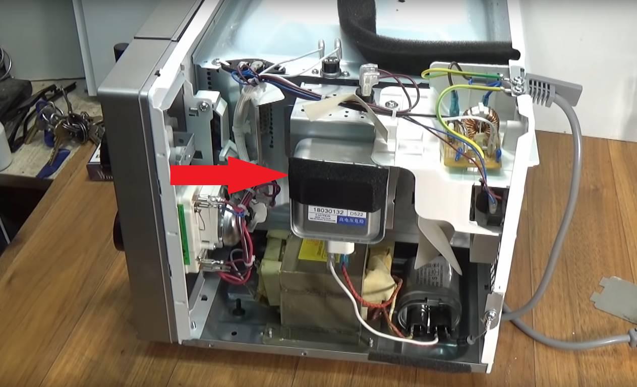Фото микроволновка трещит и искрит - проверьте магнетрон
