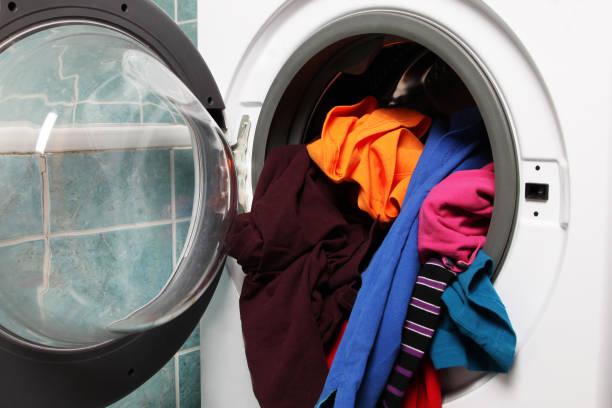 Фото Почему появляется неприятный запах из стиральной машины - хранение грязного белья в стиралке