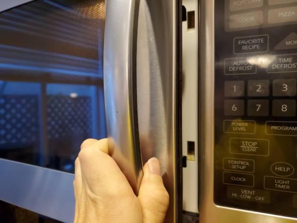 Фото почему СВЧ не греет - проверьте дверцу микроволновки