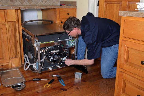 Фото посудомойка не сливает воду - мастер проверяет все узлы машины