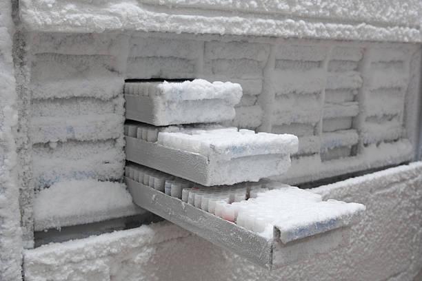 Фото Причины намерзания инея или льда на задней стенке холодильника, не связанные с поломкой