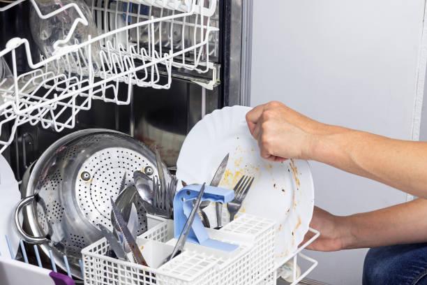Фото засохла їжа на посуді - одна з причин чому посудомийка погано миє посуд