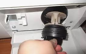Фото Чому вібрує та смикається пральна машина. Засмічений зливний фільтр